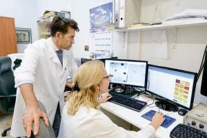 El Dr. Toledano Pérez dirige el grupo de investigación «Análisis de superficies e interfases adhesivas en sustratos de interés odontológico».